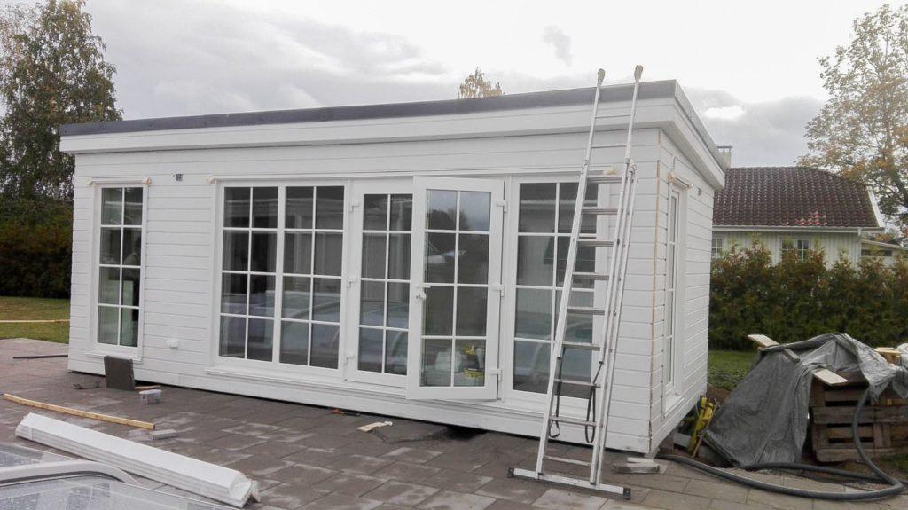 Ralf Attefallshus 25 kvm med vita 3-glas fönder med spröjs som används som poolhus