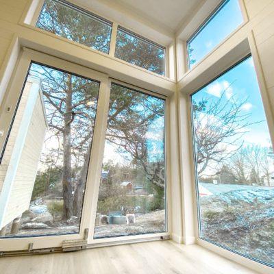 Maria har ett stort fönsterparti som bidrar med bra ljusinsläpp, perfekt för dig med en fin utsikt!